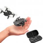 Con el mini dron con cámara RC no te aburrirás en casa. Se trata de un dron plegable con cámara. Un juguete interesante para usarlo en casa. EL dron dispone de protectores en las hélices para protegerlo de los golpes. Incorpora una cámara con la que podrás hacer fotos, selfis. Se regula manualmente. Este mini dron dispone de una batería extraíble fácilmente para su carga o reemplazarla por otra. Además de ser pequeño, es un dron plegable, lo que lo hace aún más fácil de almacenar. También es muy intuitivo, con lo que no te costara nada usarlo. Con un precio muy bajo, lo convierte en un dron barato una buena opción para empezar o par pasar el rato en casa. Encuentra el mini dron plegable con cámara aquí.